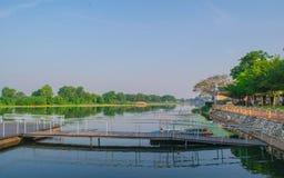 Morgon på floden Kwai, Kanchanabur Thailand Arkivfoton