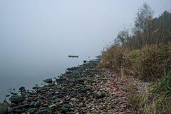 Morgon på flodmistdimman och vattenyttersidan på floden fotografering för bildbyråer