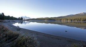 Morgon på medicin sjön, Alberta Royaltyfria Foton