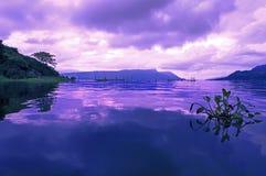 Morgon på sjön Toba. Arkivbild
