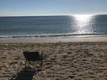 Morgon på stranden framme av vattnet Arkivfoton