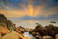 Morgon på stranden med strålen av ljus Fotografering för Bildbyråer