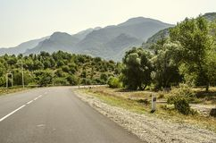 Morgon på vägen i bergen nära semesterortstaden av Dilijan Arkivbilder