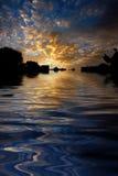 morgon reflekterat soluppgångvatten Arkivfoto
