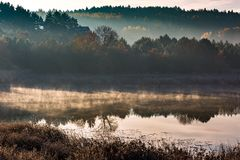 Morgon sjö på den frostiga hösten Royaltyfri Fotografi