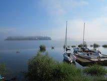 Morgon vid sjön royaltyfri bild