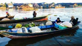 Morgonatmosfär i den sväva marknaden av den Barito floden, Banjarmasin/södra Kalimantan Indonesien royaltyfri bild