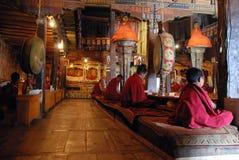 Morgonbön i Thiksey monastary Leh Royaltyfri Fotografi