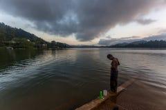 Morgonbad vid en sjö Royaltyfri Foto