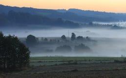 Morgondimma över fält och ängar av den Podkarpacie regionen i Polen Fotografering för Bildbyråer