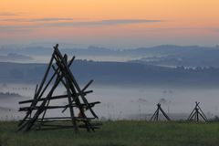 Morgondimma över fält och ängar av den Podkarpacie regionen i Polen Royaltyfria Foton