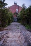 Morgondimma - det avlagda järnvägspåret & det torra huset för vatten - övergav Indiana Army Ammunition Depot - Indiana Arkivbilder