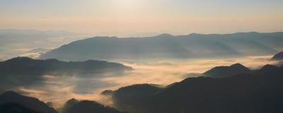 Morgondimma i de Carpathian bergen Royaltyfri Foto