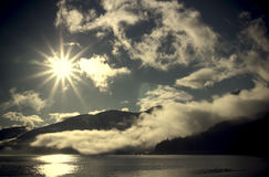 Sunburst med dimma arkivfoto