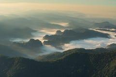Morgondimma på berget Arkivfoto