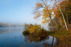 Morgondimma på sjön fotografering för bildbyråer