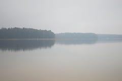 Morgondimma på sjön Höst (Pisochne ozero, Ukraina) Fotografering för Bildbyråer
