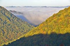 Morgondimma på soluppgång i höstberg av West Virginia i den Babcock delstatsparken arkivbilder