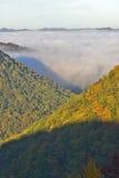 Morgondimma på soluppgång i höstberg av West Virginia i den Babcock delstatsparken Arkivbild
