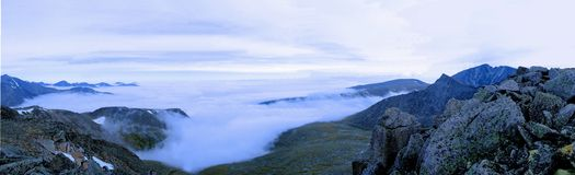 Morgondimma som är längst ner av bergen. Royaltyfria Bilder