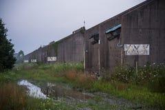 Morgondimma - vätskeåterställningsbyggnader - övergav Indiana Army Ammunition Depot - Indiana Royaltyfria Foton