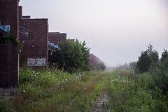 Morgondimma - vätskeåterställningsbyggnader - övergav Indiana Army Ammunition Depot - Indiana Royaltyfria Bilder