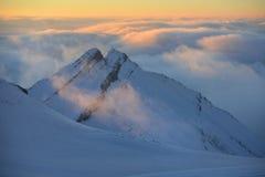 Morgonen fördunklar i berg royaltyfri foto