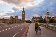 Morgonen går på den Westminster bron arkivfoto