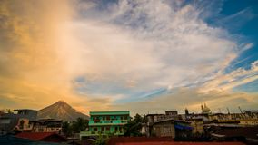 Morgonen i den Legazpi staden nära med den Mayon vulkan är en aktiv stratovolcano i landskapet av Albay i den Bicol regionen på arkivfilmer
