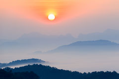 Morgonen i misten av vintern i den Phu bo biten, Loei Thailand arkivbilder