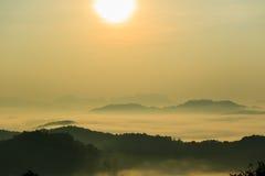 Morgonen i misten av vintern i den Phu bo biten, Loei Thailand arkivfoton