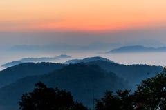 Morgonen i misten av vintern i den Phu bo biten, Loei Thailand arkivfoto