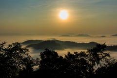Morgonen i misten av vintern i den Phu bo biten, Loei Thailand royaltyfri fotografi