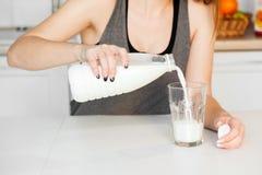 Morgonen med exponeringsglas av mjölkar fotografering för bildbyråer