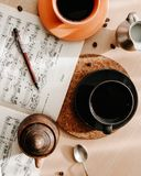 Morgonen med två kups av kaffe, mjölkar och anmärkningar arkivbilder