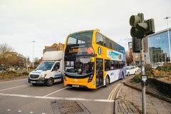 Morgonen rusar på den Bristol gatan med gulingbussen för den dubbla däckaren arkivfoto