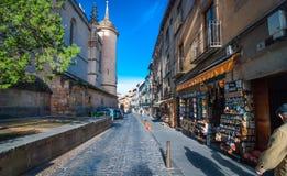Morgonen shoppar öppet i den Segovia byn arkivfoto