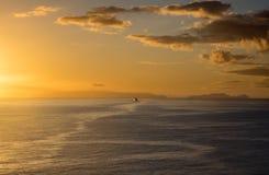 Morgonfärja som bort seglar till avlägsna öar i morgonglödet av soluppgången Arkivbild