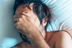 Morgonfördjupning och midlifekris med mannen i säng Arkivbilder