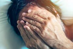 Morgonfördjupning och midlifekris med mannen i säng Royaltyfri Fotografi