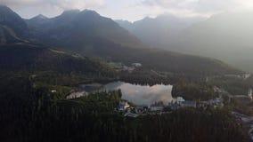 Morgonflyg över Strbske Pleso, Slovakien lager videofilmer