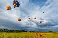 Morgonflyg av ballongerna för varm luft Arkivbilder