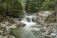 Morgonfoto av floden nära Ginzling, Österrike royaltyfri fotografi