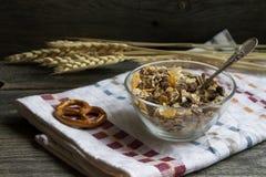 Morgonfrukost och musli i kopp Arkivbild