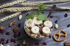 Morgonfrukost och musli i kopp Royaltyfri Foto