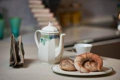 Morgonfrukost på ett keramiskt magasin i den moderna kökinterien fotografering för bildbyråer
