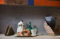 Morgonfrukost på ett keramiskt magasin i den moderna kökinterien royaltyfri bild