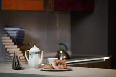 Morgonfrukost på ett keramiskt magasin i den moderna kökinterien royaltyfria foton