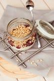 Morgonfrukosten med sörjer muttrar, driftstopp och yoghurt Arkivbild