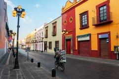 Morgongator av Puebla de Zaragoza i Mexico Royaltyfri Fotografi